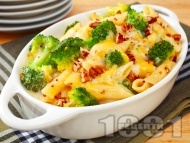 Рецепта Печени солени макарони (пене) с броколи, яйца, орехи, прясно мляко, сирене пармезан и сметана на фурна